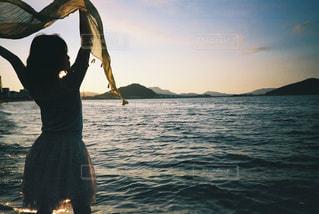 水域の隣に立っている人の写真・画像素材[2381516]
