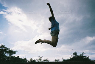 空中を飛び跳ねる女性の写真・画像素材[2381520]