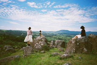 岩の多い丘の上に立っている人の写真・画像素材[2381538]