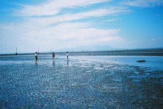 水域の近くのビーチで人々のグループの写真・画像素材[2381545]