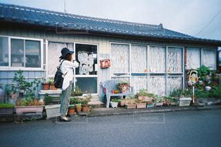 建物の前に立っている人の写真・画像素材[2381557]