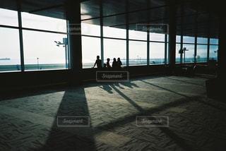 大きな窓のある部屋の写真・画像素材[2381569]