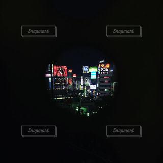 夜間の信号のクローズアップの写真・画像素材[2381572]