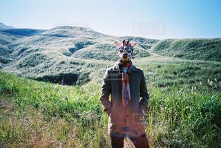 山の前に立っている男の写真・画像素材[2381574]