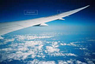 空を飛ぶ飛行機の写真・画像素材[2381576]