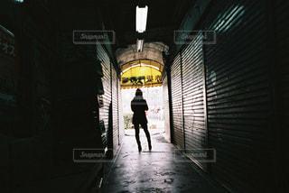歩道を歩いている男の写真・画像素材[2381591]