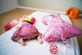 ベッドに横たわる小さな女の子の写真・画像素材[2381599]