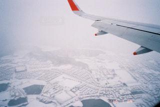 空を飛ぶ飛行機の写真・画像素材[2381601]