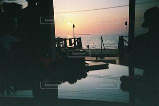 夕焼けの前の信号の写真・画像素材[2381629]