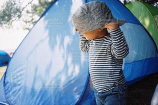 青い傘を持った少年の写真・画像素材[2381638]