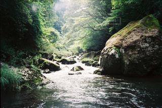 水域の上の大きな滝の写真・画像素材[2381639]
