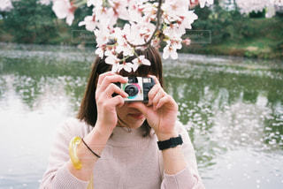 水の体の隣に立っている女性の写真・画像素材[2381641]