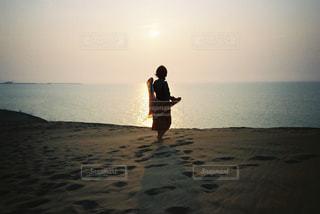 浜辺に立っている男の写真・画像素材[2381649]
