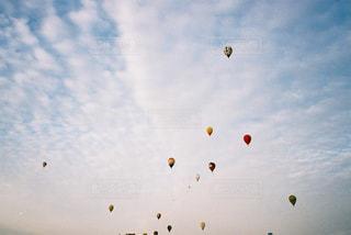 空を飛ぶ人々のグループの写真・画像素材[2381664]