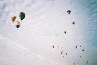 空を飛ぶ人々のグループの写真・画像素材[2381676]