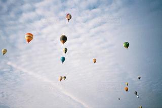 空を飛ぶ人々のグループの写真・画像素材[2381677]