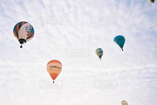 空を飛ぶ人々のグループの写真・画像素材[2381678]