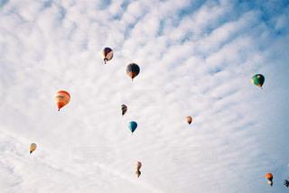 空を飛ぶ人々のグループの写真・画像素材[2381680]