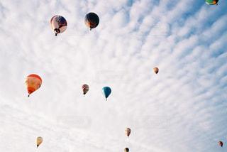 空を飛ぶ人々のグループの写真・画像素材[2381681]