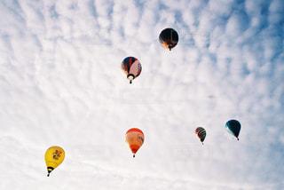 空を飛ぶ人々のグループの写真・画像素材[2381682]