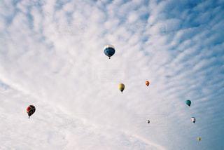 空を飛ぶ人々のグループの写真・画像素材[2381683]