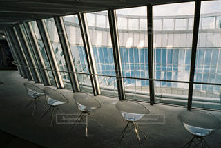 窓の前に座っている椅子の写真・画像素材[2381685]