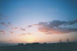 水の体の上の夕日の写真・画像素材[2381691]