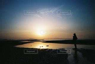 水の体の上の夕日の写真・画像素材[2381695]
