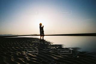 水の中に立っている人の写真・画像素材[2381700]
