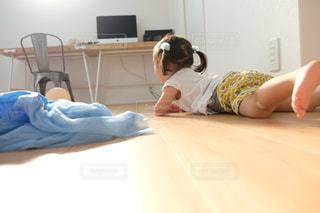ベッドに横たわる女性の写真・画像素材[2407008]