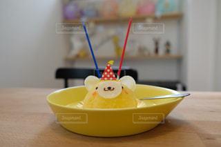 テーブルの上のオレンジのボウルの写真・画像素材[2407012]