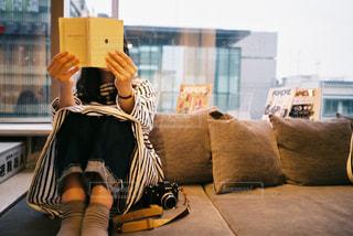 ソファに座っている女性の写真・画像素材[2413762]