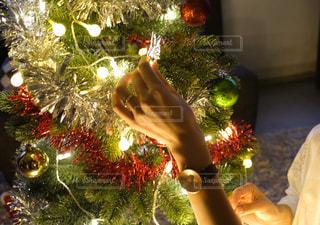 クリスマスツリーを装飾する手の写真・画像素材[2687719]