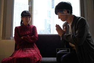 窓の前に立っている男女の写真・画像素材[2691481]