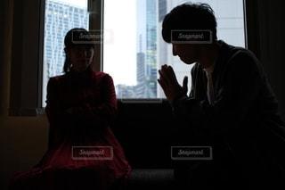 窓の前に立っている男女の写真・画像素材[2691483]