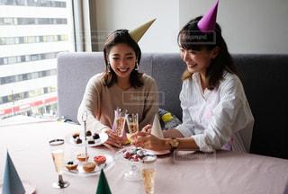 ケーキを食べにテーブルに座っている女性の写真・画像素材[2700087]