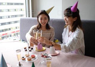 ケーキを食べにテーブルに座っている女性の写真・画像素材[2700089]