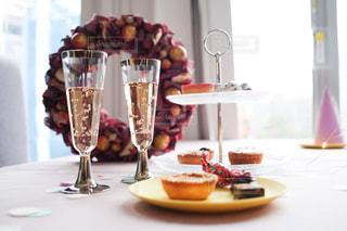 食べ物の皿とワイン1杯の写真・画像素材[2700139]