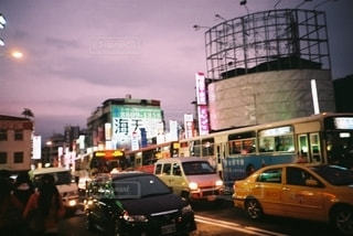 街路を走る車の写真・画像素材[2725102]