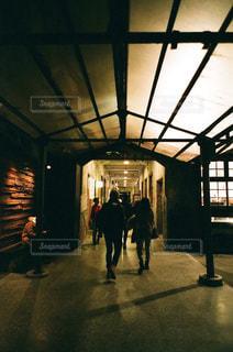 建物の前を歩く人々のグループの写真・画像素材[2853027]