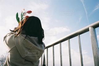 フェンスの前に立っている人の写真・画像素材[2891060]