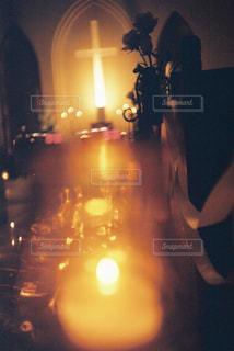 夜にライトアップされる人の写真・画像素材[2904746]