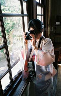 窓の前に立っている人の写真・画像素材[2904866]