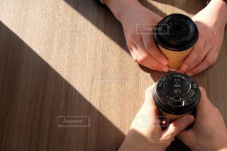 コーヒーをもつ2人の手の写真・画像素材[2934657]