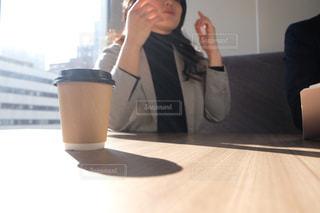 窓の前に立っている女性の写真・画像素材[2934660]