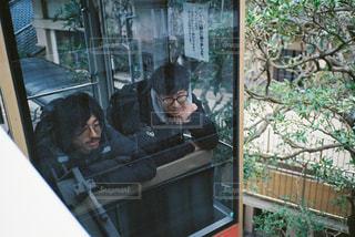 窓の前に座っている人の写真・画像素材[2939093]