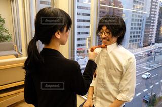 窓の前に立っている男と女の写真・画像素材[2943895]