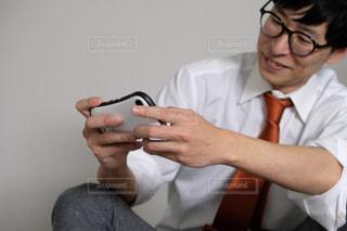 人が携帯電話を使っているの写真・画像素材[2943920]