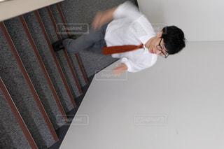 階段を登る男性の写真・画像素材[2943931]