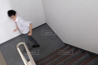 階段を上り下りする男性の写真・画像素材[2943933]